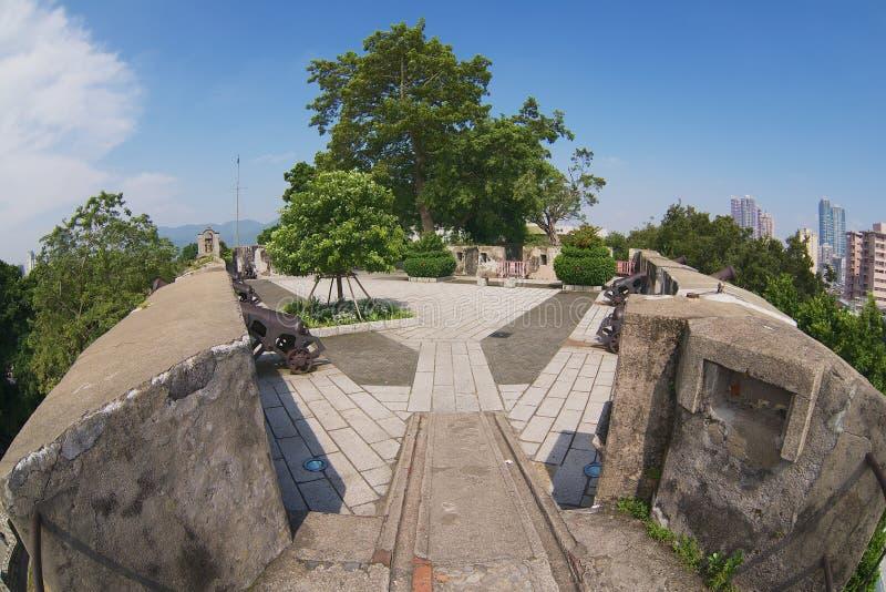 对东望洋堡垒的墙壁的老葡萄牙大炮的看法位于澳门,中国 图库摄影