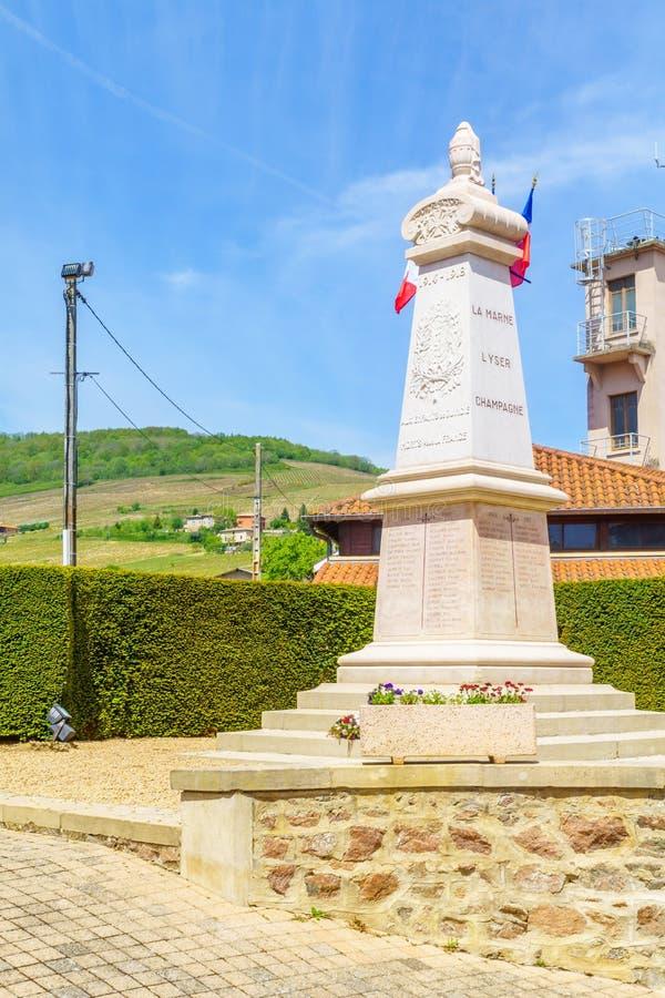 对两次世界大战的纪念碑村庄Quincie en博若莱红葡萄酒 库存照片