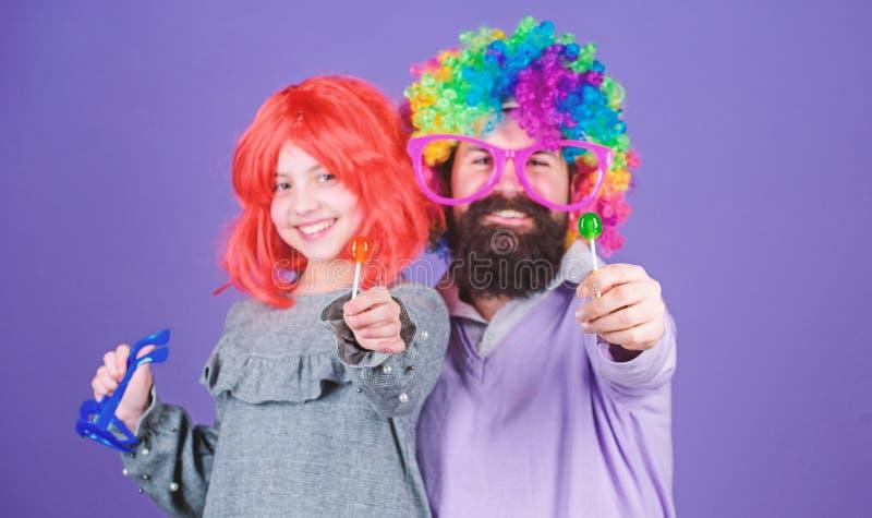 对乐趣爸爸的进贡 容易的单一方式是乐趣嬉戏的父母 r 人有胡子的父亲和女孩穿戴 免版税库存照片