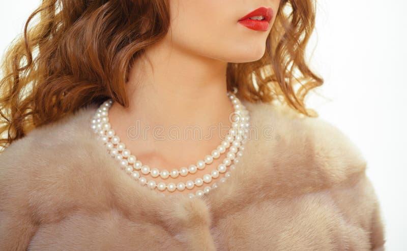对于毫华女孩 珍珠项链和貂皮毛皮 天然珍珠小珠和毛皮 时装配件和首饰 减速火箭的经典之作 免版税库存照片