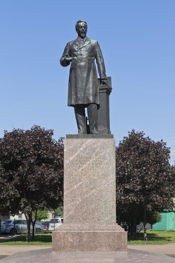 对亚历山大・波波夫的纪念碑在Kamennoostrovsky大道的公园在圣彼德堡 库存照片