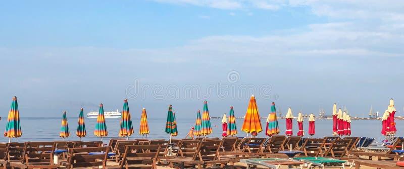 对亚得里亚海沙滩的鸟瞰图在阿尔巴尼亚,有很多伞 免版税库存照片