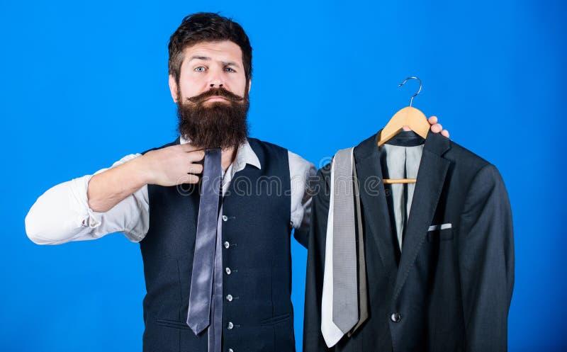 对他的合奏的凉快的时装配件 对他凉快的神色的商人配比的领带 举行凉快优等的有胡子的人 库存照片