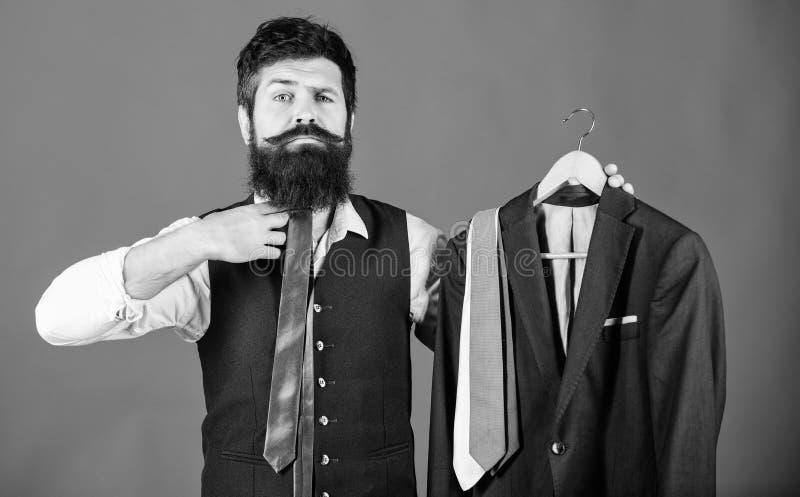 对他的合奏的凉快的时装配件 对他凉快的神色的商人配比的领带 举行凉快优等的有胡子的人 图库摄影