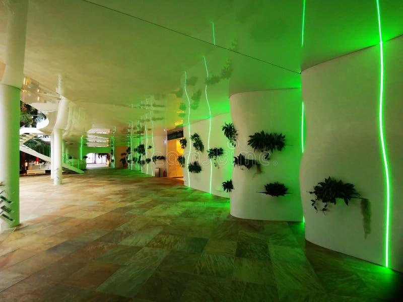 对以绿色点燃的水池的走廊 库存照片