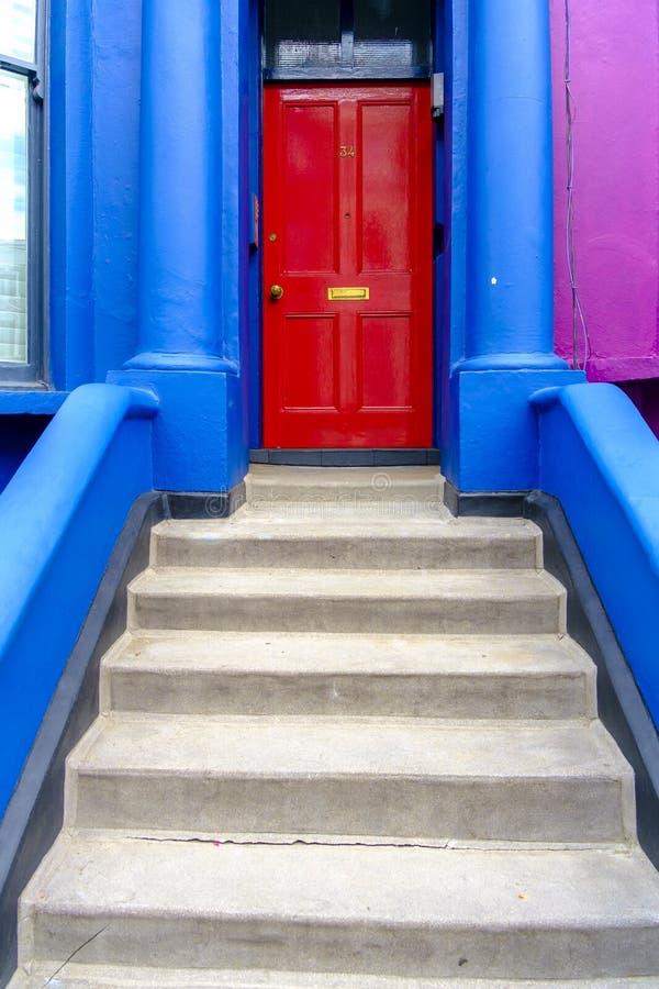 对伦敦家的明亮地色的正门 免版税库存照片