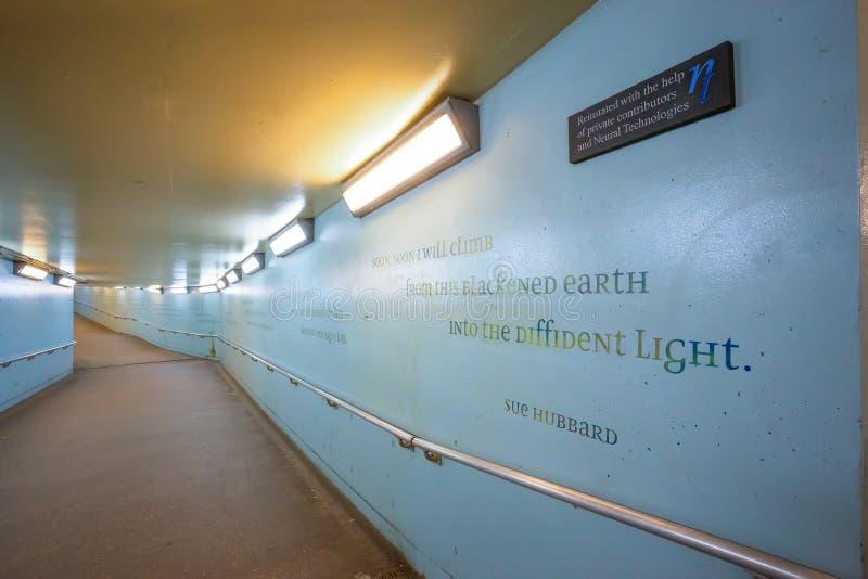 对伦敦滑铁卢火车站的一条地铁隧道地下过道 库存照片