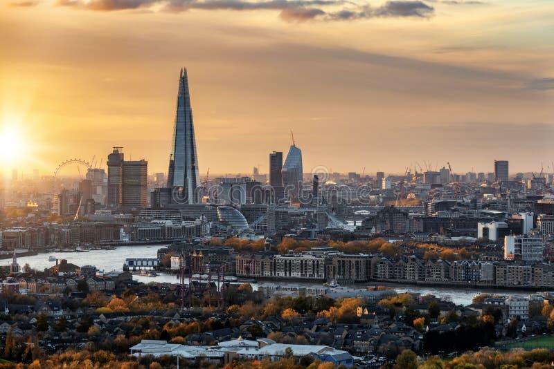 对伦敦都市地平线的看法在秋天在日落时间 免版税库存照片