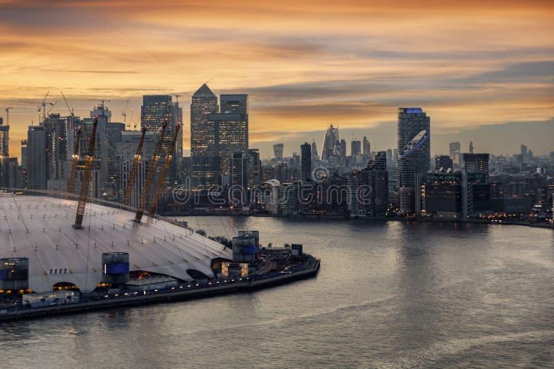 对伦敦,金丝雀码头,英国有启发性财政区的看法  免版税图库摄影