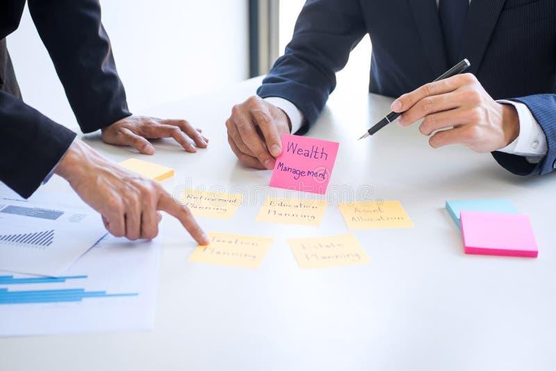 对估价数据看报告,稠粘的笔记的投资基金的企业队行政会计分析和演算 免版税图库摄影