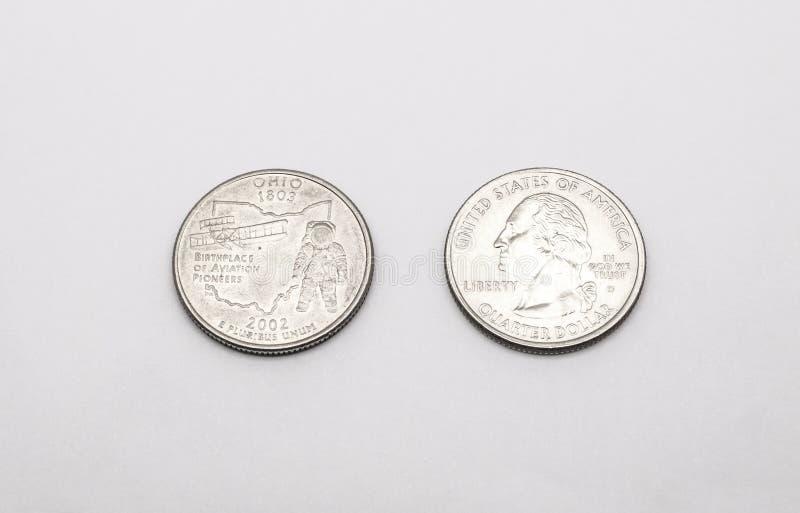对俄亥俄状态标志的特写镜头在白色背景的两毛五硬币 免版税库存照片