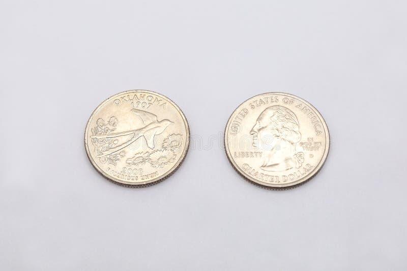 对俄克拉何马状态标志的特写镜头在白色背景的两毛五硬币 库存照片