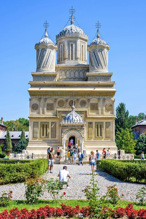 对修道院入口的白天视图与游人 免版税库存照片