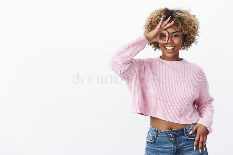 对假日和冷颤说好 有白肤金发的卷发的愉快的招待的和快乐的非裔美国人的女生 免版税图库摄影
