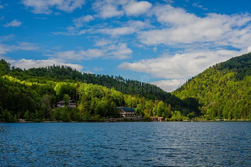对偏僻的房子小山的,从湖边的山的看法 免版税图库摄影