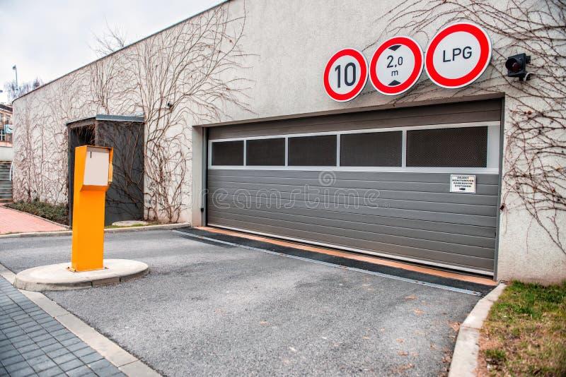 对停车场的入口在住宅房子里 免版税库存照片