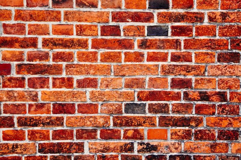 对元素的长的暴露表示的老和被风化的脏的红砖墙壁细节成表面纹理背景 免版税图库摄影