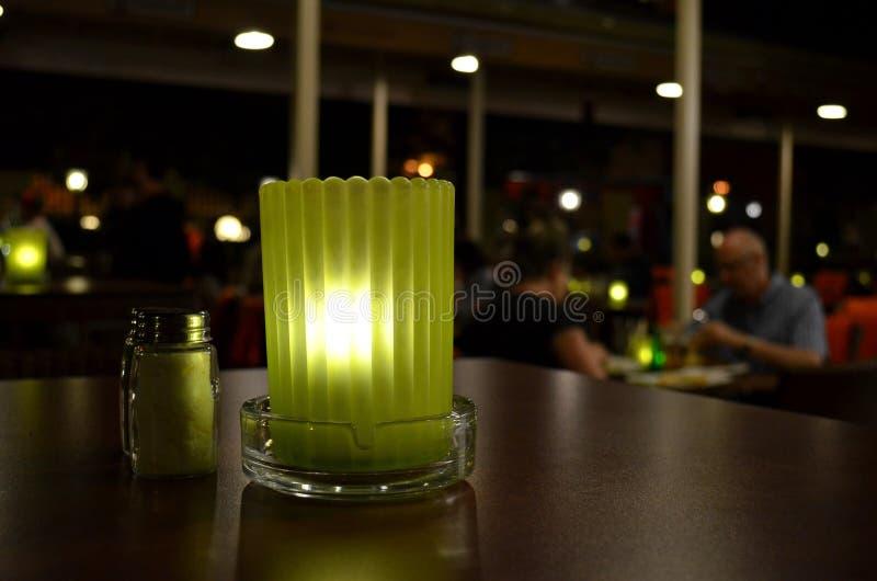 对光检查和在桌咖啡馆的一个烟灰缸 免版税库存照片