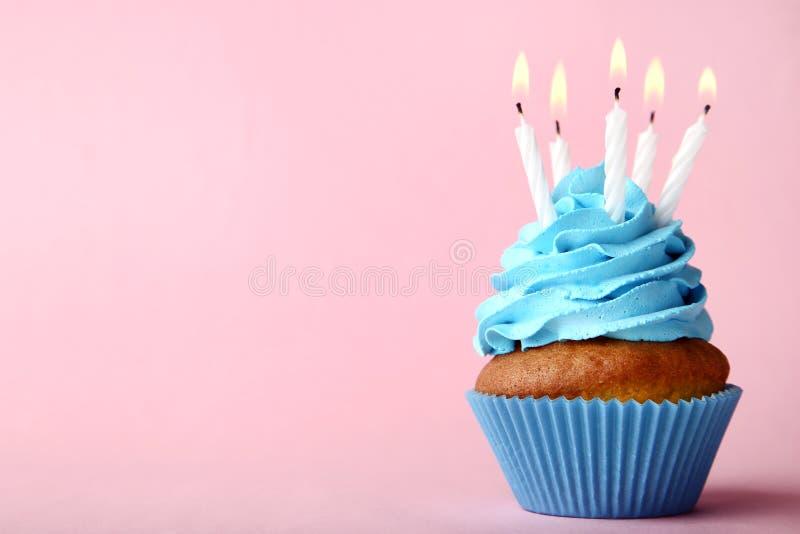 对光检查杯形蛋糕 免版税库存照片
