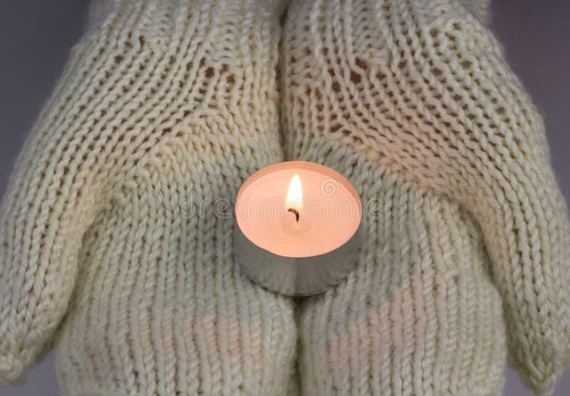 对光检查轻发光在妇女` s手上 祈祷,信念,宗教概念 免版税库存图片