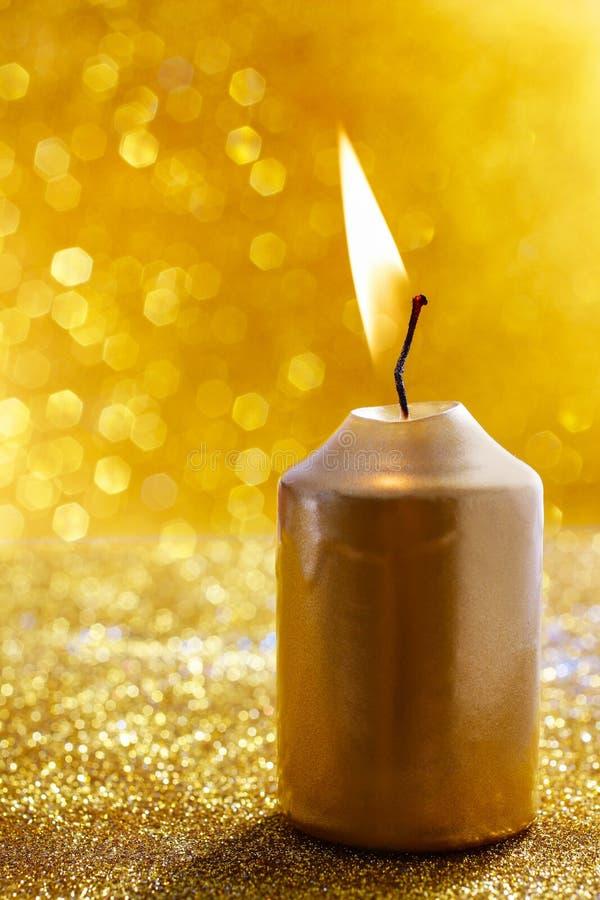 对光检查金黄 金子闪烁的圣诞灯 被弄脏的abstra 库存图片