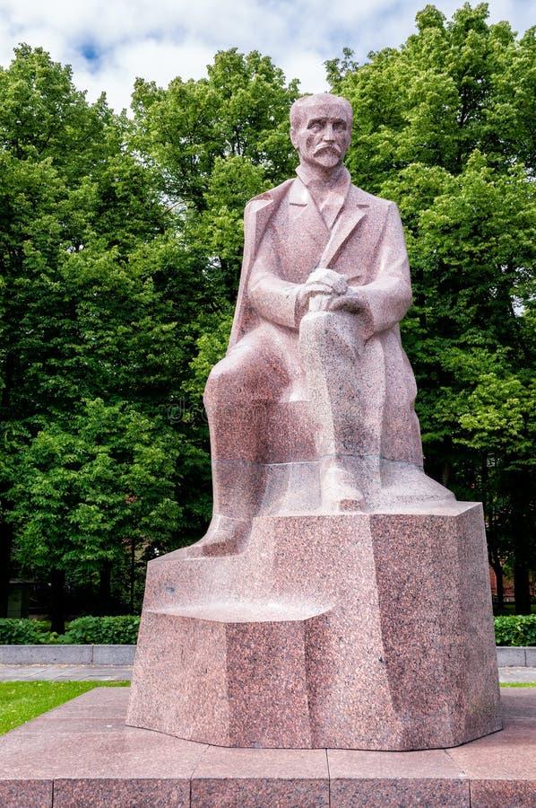 对全国诗人Rainis,里加,拉脱维亚的纪念碑 免版税图库摄影