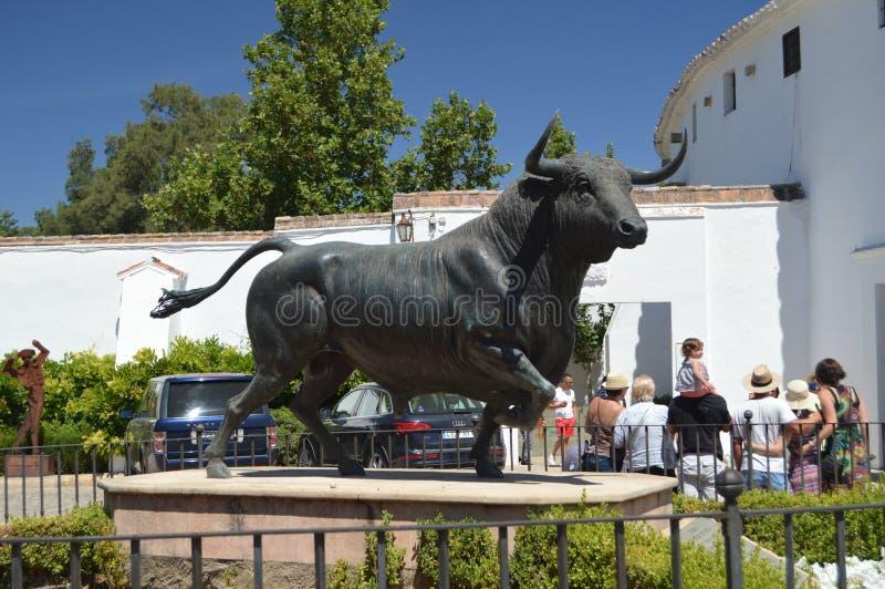 对公牛的美丽的纪念碑在朗达斗牛场  库存照片