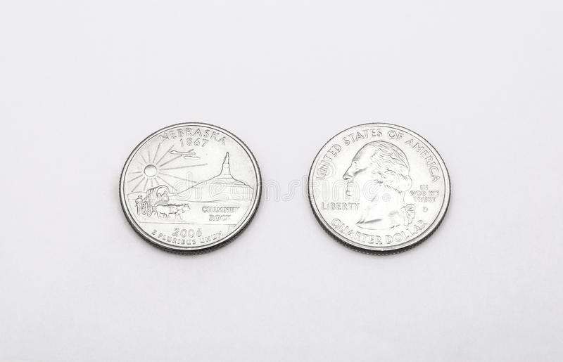 对内布拉斯加状态标志的特写镜头在白色背景的两毛五硬币 库存照片
