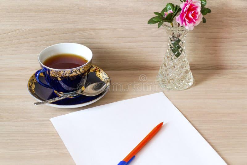 对写一封信在桌上 免版税库存图片
