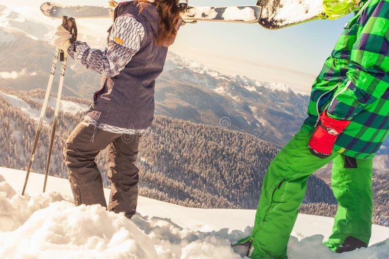 对冬季体育的冒险 步行在山的滑雪者和挡雪板 库存图片