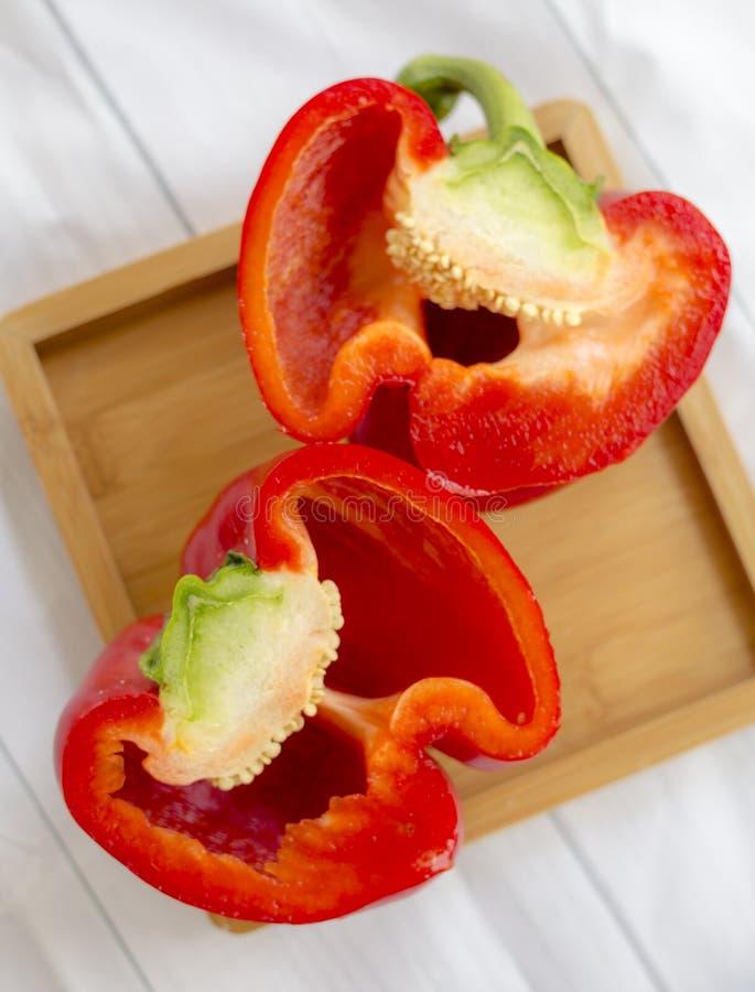 对分红色甜椒木板 库存照片