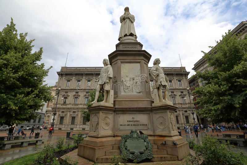 对列奥纳多・达・芬奇的纪念碑在米兰 免版税库存照片