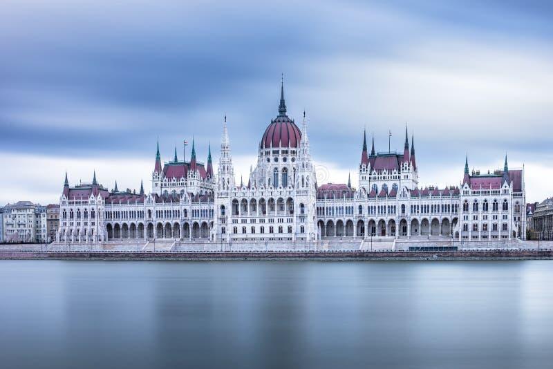 对匈牙利议会的正面图在一多云天在布达佩斯,匈牙利 免版税库存图片