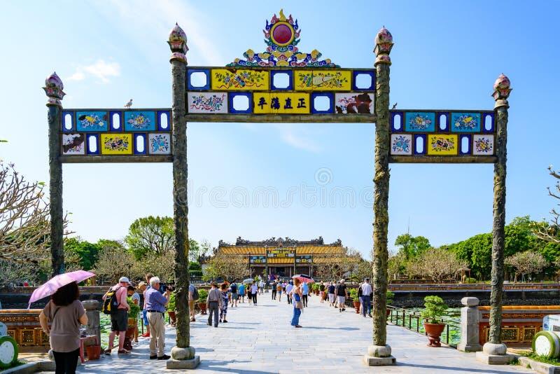对北京皇城颜色的门,颜色紫禁城的越南门  对泰国Hoa宫殿的入口 库存照片