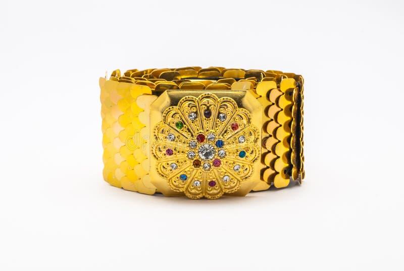 对半新金黄的特写镜头与在泰国样式的五颜六色的宝石传送带,被隔绝 免版税库存照片