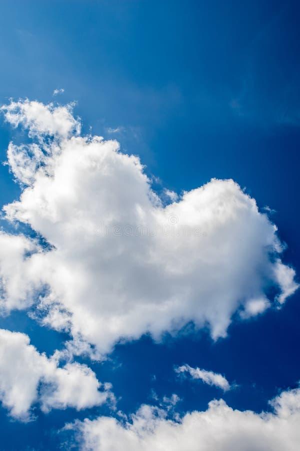 对华伦泰的蓝色云彩日表单重点笑话s天空 对情人节 库存照片