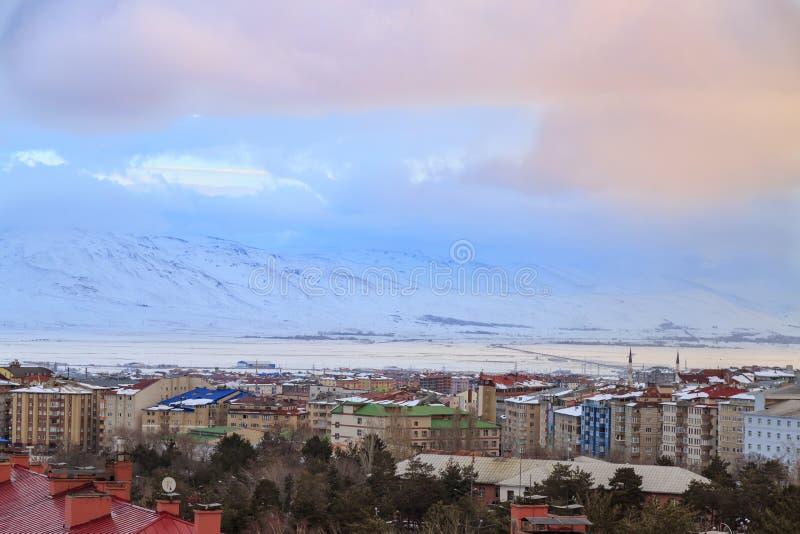 对南部分的埃尔祖鲁姆都市风景与在日出的多雪的山 库存图片