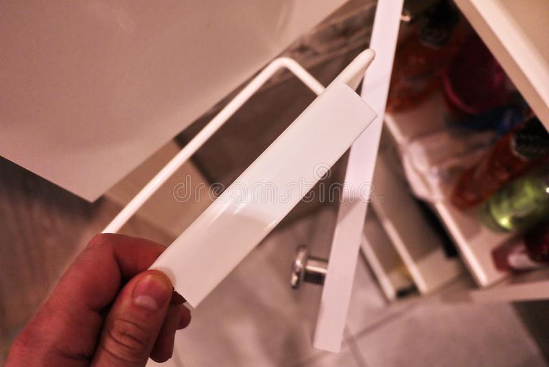 对卫生间或厨房的毛巾架 小辅助内部卫生间或厨房,在经济将帮助 细节和closging 库存图片