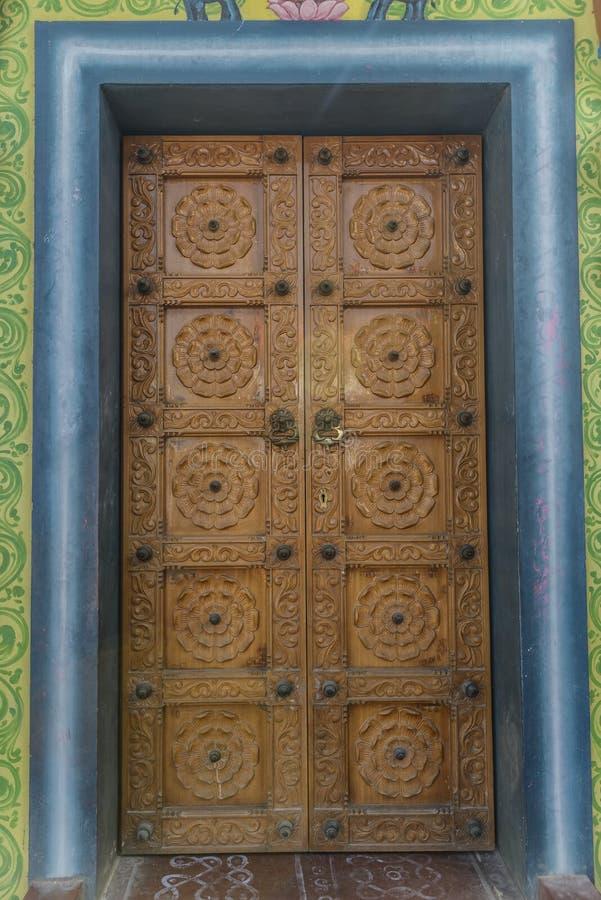 对印度住宅的被雕刻的,木门 库存照片