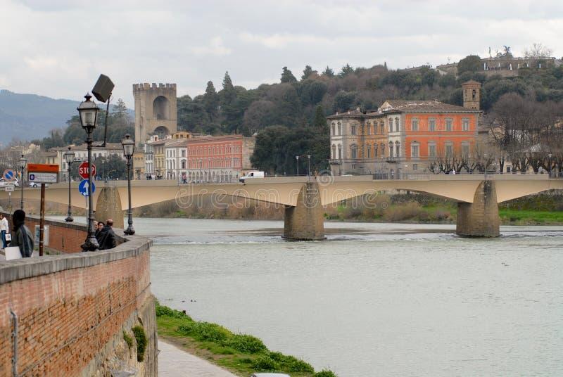 对历史大厦的看法在亚诺河河河岸的一阴天在佛罗伦萨,意大利 免版税库存图片