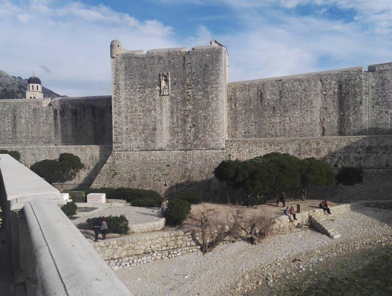对历史杜布罗夫尼克市墙壁的看法在克罗地亚 免版税图库摄影