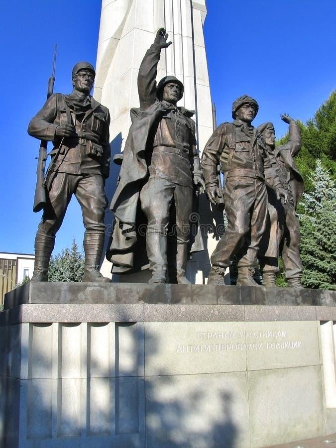 对反希特勒联合国家-苏联,美国,法国,英国的军队的战士雕象的纪念碑  免版税库存照片