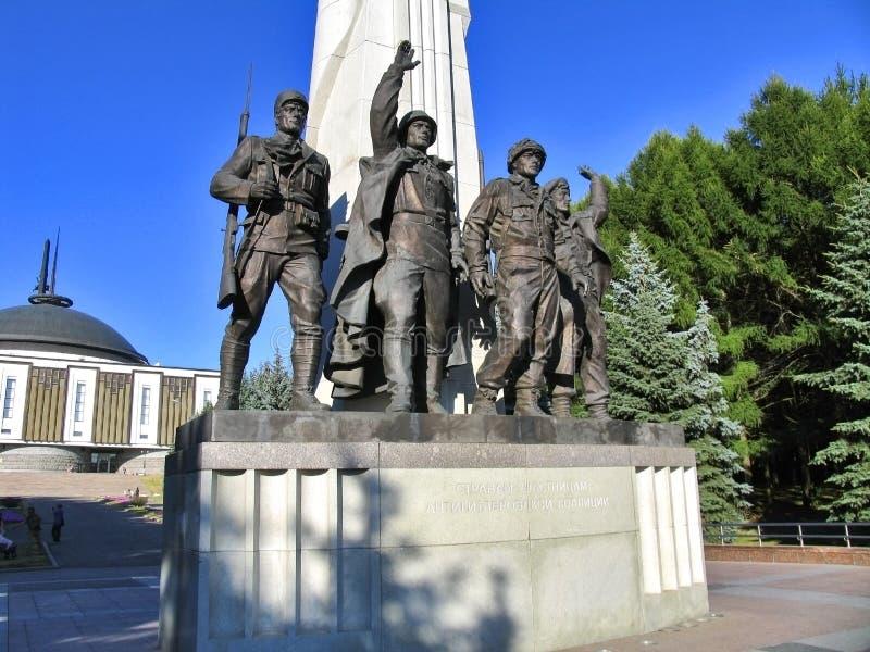 对反希特勒联合国家-苏联,美国,法国,英国的军队的战士雕象的纪念碑  库存照片