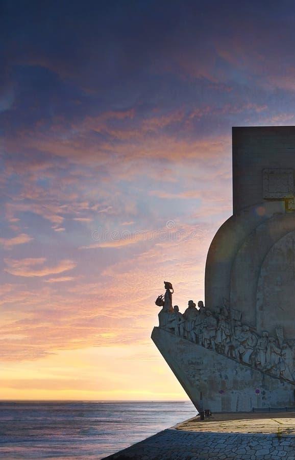 对发现的纪念碑在桃红色日落,里斯本,葡萄牙,欧洲 免版税库存图片