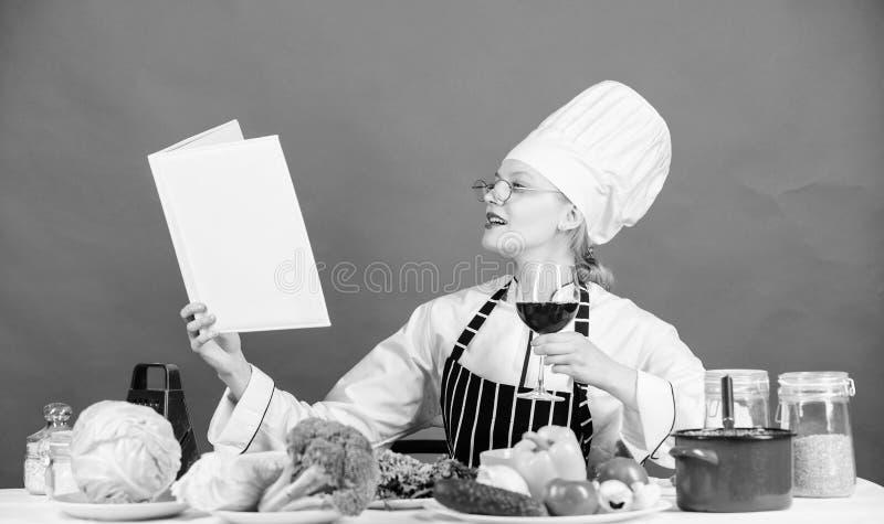 对变成感兴趣一位烹饪专家 学会最佳的厨房艺术的俏丽的妇女 i 库存照片
