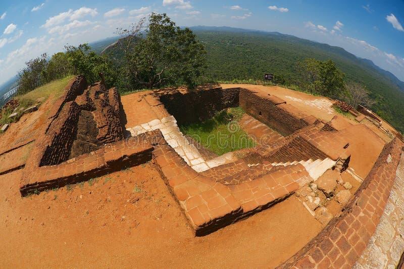 对古老宫殿废墟的看法在峭壁顶部在锡吉里耶,斯里兰卡 库存照片