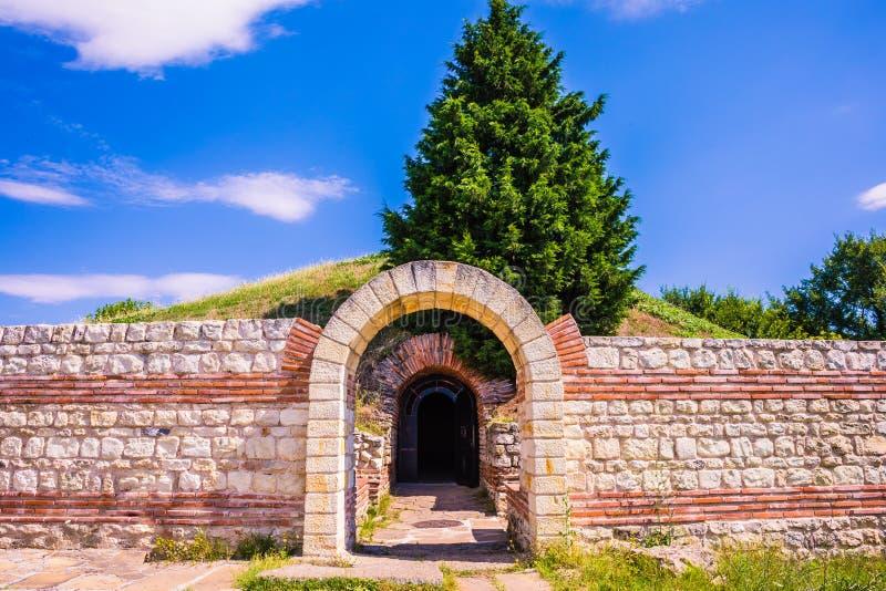 对古老Thracian坟茔Heroon的入口在波摩莱,保加利亚 免版税库存图片