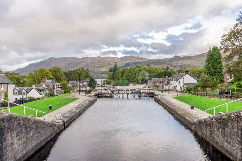 对古苏格兰运河锁的一个看法在堡垒奥古斯都村庄,苏格兰 免版税库存图片