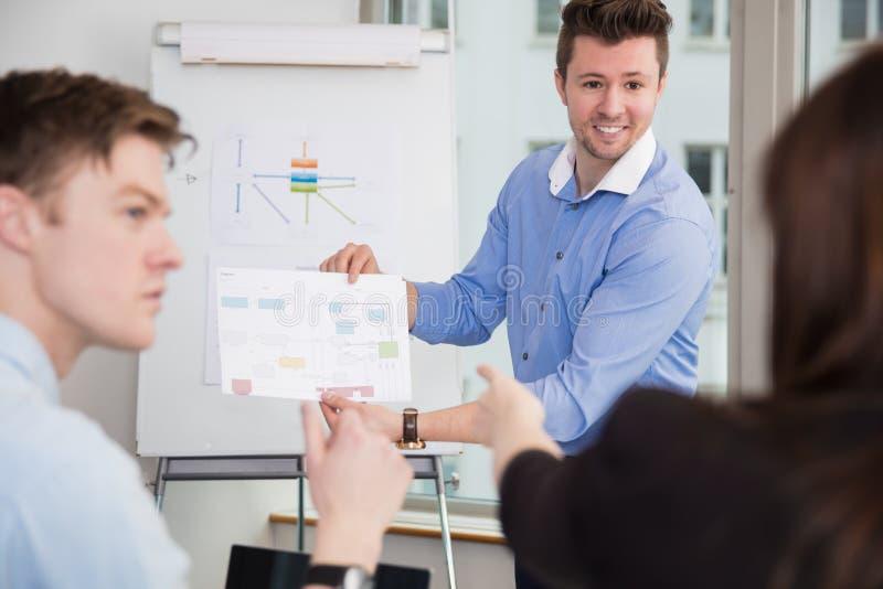 对同事的微笑的专业显示的图 免版税库存图片
