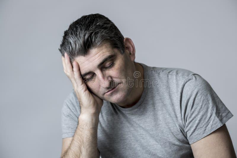 对哀伤的50s和看起来担心的人的40s挫败和体贴在灰色隔绝的担心和沉思面孔表示 免版税库存图片
